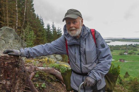 MEDITATIVT ARBEID: I eit hogstfelt på Søre Folkestad i Korssund plantar Erik Mehn-Andersen grantre. Han bur i båten sin medan han er her.