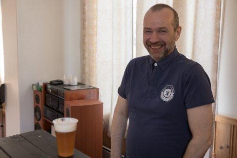 PUBKVELD: Øystein Adler Øvrebø inviterte til pub fredag i heimbygda. – Det er kjekt å få til noko sosialt i bygda, seier bryggerieigaren.
