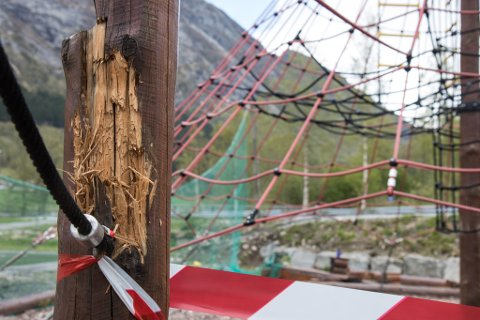 FØR JUL?: Bjelkane skal bli erstatta – forhåpentleg før jul. Men førebels har ikkje kommunen planar om å få erstatning for kostnaden. Bildet er av klatreparken på Vassenden.