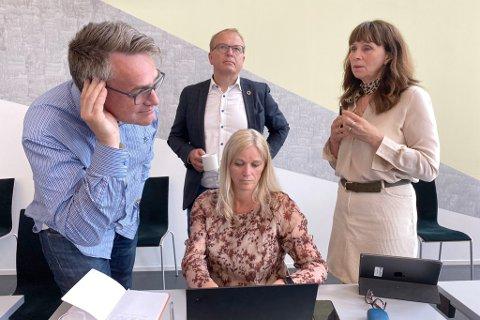 DISKUTERTE SFO: Formannskapet i Sunnfjord gjekk mot kommunedirektøren, og vil ha med seg det billigaste SFO-tilbodet vidare. Frå venstre Marius Dalin (MDG), Gunn Merete Paulsen (V), Helge Robert Midtbø (Ap) og Jenny Følling (Sp).
