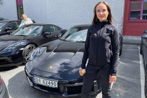GJENNOMREISE: Helle Moberg (20) frå Bergen var ein av mange som køyrde Porsche gjennom Førde fredag.