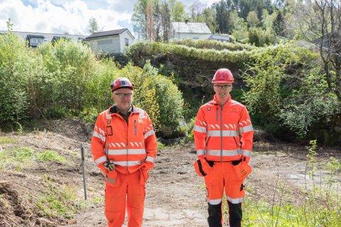 KLAR: Byggeleiar Eirik Markeset og kontrollingeniør Kristian Hauståker (24) er klar til å starte arbeidet. Tunnelen skal komme under muren, der det kvite lille huset står.