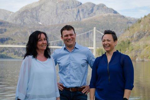 NY START: Rita Ørnehaug (t.v.), Erlend Hatleberg og Arlen Solheim startar Arez AS i Leirvik i Hyllestad.
