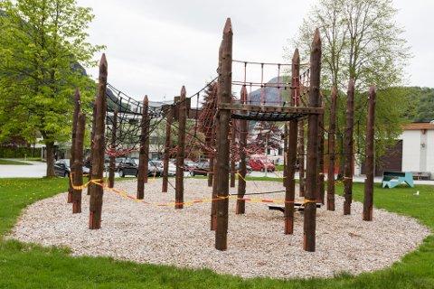 RESTAURERE: Politikarane i Fjaler har løyva pengar for å fikse opp klatreparken i Dale sentrum.