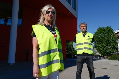 STREIKEVAKT: Helsesjukepleiar og plasstillitsvald Solveig Heggheim og lærar Arne Skadal ved Hafstad vidaregåande skule hadde torsdag morgon streikevakta utanfor rådhuset i Førde. Der er helsestasjonen råka av streiken.