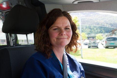 PÅ VEGANE: Som sjukepleiar i heimetenesta må Marianne Guddal køyre frå bustad til bustad og hjelpe trengande med alt frå medisinering til sårbehandling.