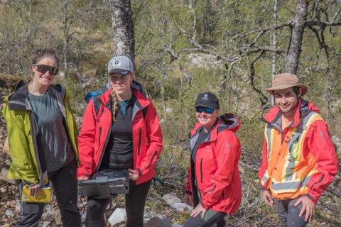 NGU: Norges geologiske undersøking er i Jølster for å hente ny data til ein betre versjon av aktsemdskart for jord- og flaumskred. I tillegg held mastergradsstudenten Amanda Åberg på med eit prosjekt der ho går i djupna på Jølster-rasa.Frå venstre: Ronja Arum (32), Amanda Åberg (30), Lena Rubensdotter og Jose Pullarello (33).