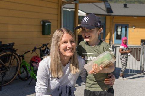 SMIL: Merethe Aase Vetti (36) og sonen Bastian Aase Vetti (5) gler seg over fint vêr og at barnehagen går ned til grønt nivå på måndag.