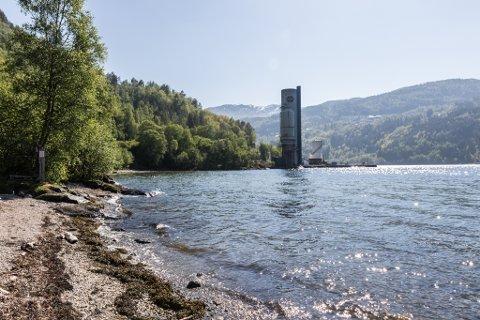 INGA DO-LØYSING: Heller ikkje i år kan badegjestane vente seg toalettfasilitetar ved badestranda i Erdal.