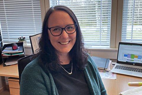 FEKK JOBBEN: Gro Larsen Hjelle (43) sikra seg fast jobb som rektor på Breim skule  etter å ha testa ut stillinga som konstituert.