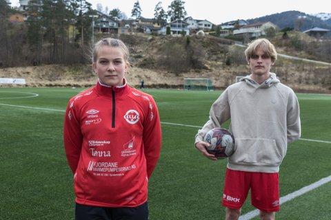 Niklas Follevåg Berglund (16) og Tuva Etterlid Kjøs (15) er glade for at politikarane har snudd og at dei no har større sjanse for å kome inn på idrettsfag i Sogndal.