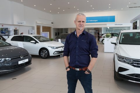 HELD PÅ DET ANALOGE: – Vi har absolutt ingen planar om å kutte ned på bilseljarar, fortel marknadssjef Tore Fossen.