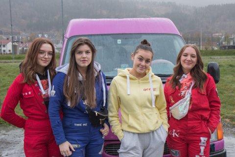 LILLA BIL: Desse russejentene frå Hafstad vgs. har valt ein utradisjonell farge på bilen sin. Frå venstre: Andrine Ullaland Ekreskar (18), Synne Råsberg (19), Karoline Birkeland (18) og Edel Anne Eimhjellen Aarsbog (18).
