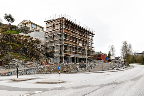 TAR FORM: Bustadprosjektet Studioleilegheitene K43 i enden av Kyrkjevegen i Førde byrjer å ta form. No er alle 15 leilegheitene selt.