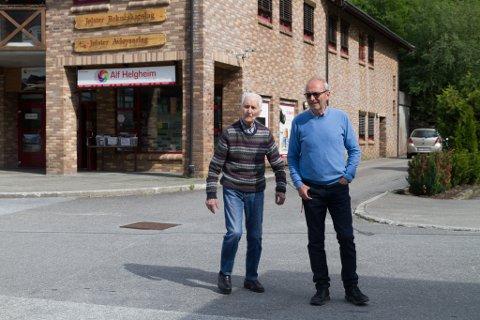TO GENERASJONAR: Alf Helgheim (99) er mannen bak butikken som har blitt ein fotoinstitusjon med langreisande kundar. Til høgre står sonen Reidar Helgheim (68), som driv butikken i dag.