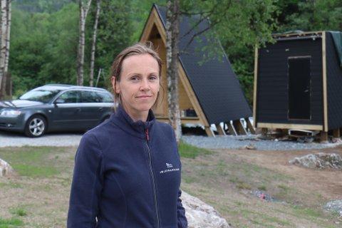 EIGAR: Kristine Hjelmbrekke er godt i gang med den travlaste tida av året. Målet er å ha klar endå ei trekanta hytte til fellesferien.