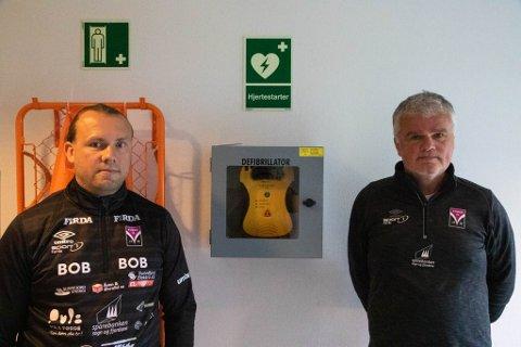 LETT TILGJENGELEG: Hjertestartaren ved Hafstadparken er plassert rett ved garderoben til fotballklubben. På bilde Bjørn Totland og Per Øivind Storevik