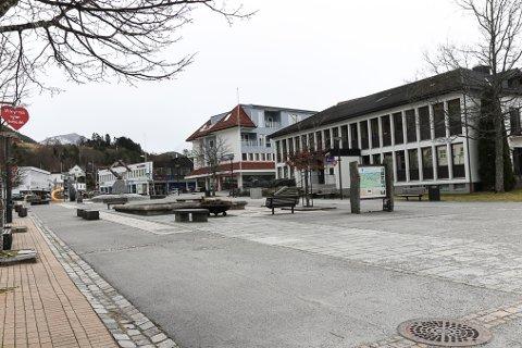 VURDERER Å SELJE: Sparebanken Sogn og Fjordane vurderer å selje lokalet på Sandane (t.h) grunna få tilsette.
