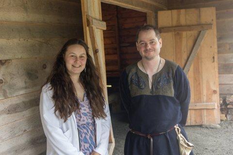 ØNSKTE VELKOMMEN: Tanja Kvellestad Akse (23) og Per Christian Burhol (35) var nokre av dei som tok i  mot kongeparet i Hyllestad onsdag.