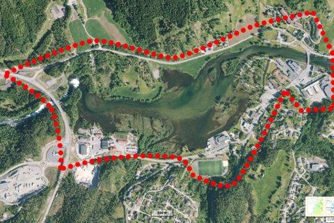 OMRÅDET: Den stipla linja viser omtrentleg kor det aktuelle sentrumsområdet ligg. I øvre venstre kant er det tenkt eit nærignsområde, og det er planer om gangsti rundt heile elveområdet.