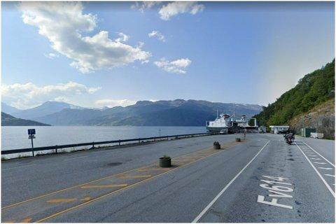ARBEIDSULYKKE: Torsdag kveld skjedde det ei arbeidsulykke ved Stårheim ferjekai i Nordfjord.