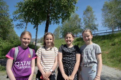 GLADE: Tilde Jusvik (11), Pernille Solheim (11), Emma Skrøppa (11) og Anna Gåsdal (11). Har fri frå skulen på grunn av streik.