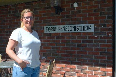 DÅRLEG UTFORMA: Assisterande einingsleiar i Førde heimeteneste, einig 1 Camilla Sørensen fortel at det er mykje utfordringar med pensjonistheimen.