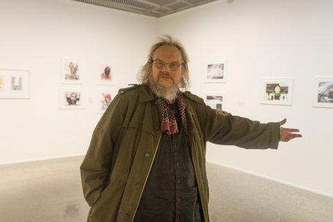 KARISMATISK: Fridtjov Urdal har gjort seg flid og pryda alle veggene i andreetasjen med variert gull frå debattsider, gamle blad og måleri. Utstillinga har han døypt «Karikatur og Kommentar».