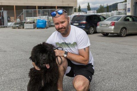 STRAND: Øyvind Solheim (40) og hunden Pia (4 mnd) anbefalar strandlivet.
