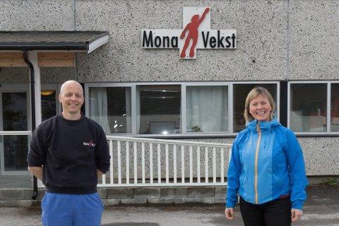 JUBLAR: Leiar for vaskeriet Peder Langeteig Sande og dagleg leiar Birgith Hjelle Roset ved Mona Vekst jublar over storkontrakta.