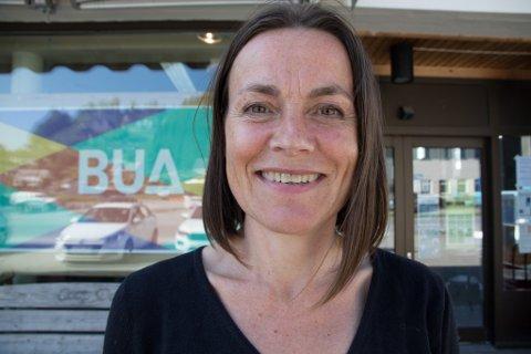 STRÅLAR: Ingeborg Tysnes utanfor inngangspartiet, som skal verte foajè og møteplass. Ho er glad for at arbeidet byrjar i oktober, og trur framtida er lys for for kulturlivet i Fjaler. Foto: Kristoffer Skår Lone.
