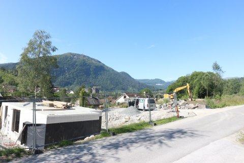 FLEIRE: I området på Slåttebøen er fleire hus på veg opp. Huset som har fått endeleg rammeløyve, skal opp til høgre. Bildet er frå slutten av juni.