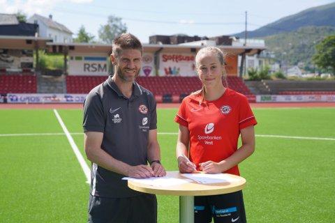 SIGNERING: Mina Bell Folland frå Sande har signert med Arna-BJørnar. Ho går no inn i eit utviklingsløp der målsetjinga er toppseriespel og landslagsspel. Til venstre sportssjef Erik Mjelde.