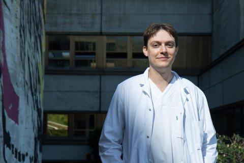 HUDSPESIALIST: Daniel Habashi (34) er konstituert overlege ved hudavdelinga ved Førde sentralsjukehus.