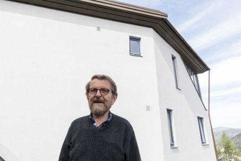 EIGEDOM: Huset til sivilarkitekt Kjell Aage Udberg ligg kloss i den mest trafikkerte strekninga i Sogn og Fjordane. Likevel skjermar det godt mot støyen.