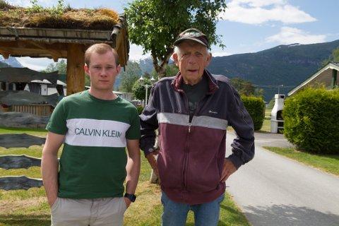 MELDER OM FÆRRE GJESTAR: Inge John Johnsen (til høgre) driv Reed Camping i Gloppen, der det har vore færre gjestar enn normalt i desse dagar. Til venstre er Jim-Rune Pedersen, som hjelper til i arbeidet med å drive campingplassen.
