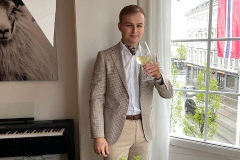 ARBEIDSGLAD: Første jobben fekk Sebastian William Kjær som 13-åring, hos Europris i Førde, der faren var eigar den gongen. Han vart tidleg glad i å stå på. – Det handlar om kva tankesett ein har. Eg har vakse opp i ein familie der det har vore snakk om jobb 24/7.