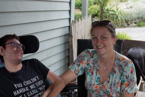ØNSKET: Maria Hauge skulle ønske det var større rift om å vere borgarstyrt personleg assistent. Her med sonen Christoffer (20) som treng hjelp med alt.