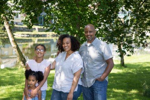 TRIVAST I FØRDE: Familien seier dei set pris på at det er stille, opent og at livet går i eit rolegare tempo i Førde enn i storbyen.