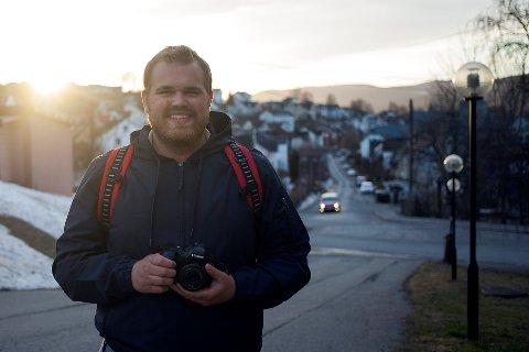 MED KAMERA I HENDENE: Slik er vi vande med å sjå Jostein Vedvik. Men i helga forsvann kameraet hans.