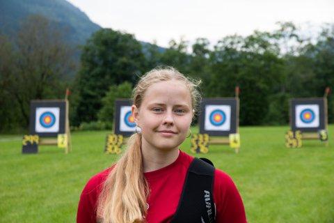 UNGT TALENT: Victoria Selvik har halde på med bogeskyting i tre år. Trenarane i Førde Bogeskyttarklubb ser eit stort potensial i den unge førdianaren.