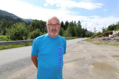 ØNSKJER BETRE SIKT: Øyvind Hegrenes køyrer på fylkesvegen i Angedalen nesten kvar dag. Han ønskjer seg betre sikt på visse punkt han meiner gir grunn til bekymring. Foto: Kristoffer Skår Lone.