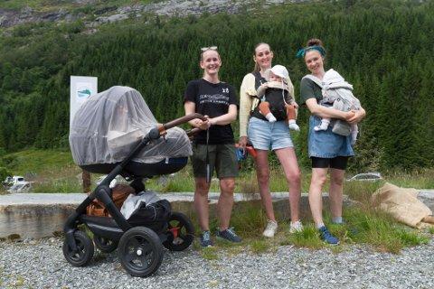 HELD LIV I BYGDA: Eirin Søgnen Haugsbø (31), Maria Fauske Lysholt (30) og Ann-Iren Sæle (31) gjekk i same klasse i Bygstad på 90-talet. Om nokre kjem borna deira til å begynne i same klasse: Vetle Haugsbø Bjørvik (3 md., i vogn), Lorentz Lysholt Kårstad (5 md.) og Astrid Sæle Myklebust (6 md).