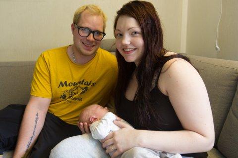 STOLTE FORELDRE: Raymond Sivertsen og Birgitte Flølo Helgås med sin vesle gut Storm, som vart fødd den 26. juni.