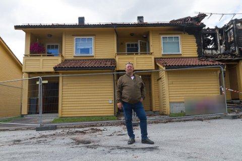 UTANFOR HUSET: Ove Håkonsen framføre leilegheita hans, vegg i vegg med den totalskadde leilegheita der brannen starta.