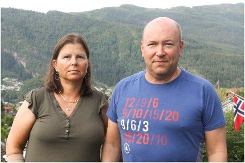 TUNGT: Foreldra til Sondre Hansen Kriken, Unni Kriken og Hans Magnar Hansen synest det er tungt å ikkje vite om sonen må på hybel eller ikkje, spesielt når han ikkje vil flytte heimefrå sjølv.