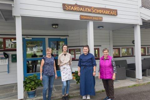 STÅR PÅ: Desse møter opp i kafeen om lag kvar dag, og er fire av rundt ti personar som jobbar regelmessig i kafeen. Frå venstre: Marit Flatjord (63), Anna Fonn Sæten (14), Ingeborg Flatjord Kjøsnes (22), og Inger Veiteberg (73).
