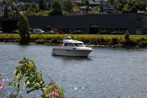 HER VAR DET GRUNT: På steinbotnen i Jølstra enda turen til båteigaren. Her måtte han ha hjelp av brannvesenet for å kome seg laus.