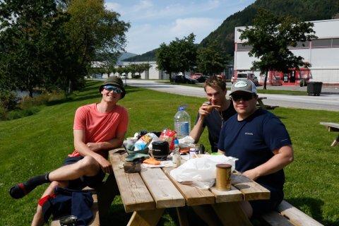 LUNSJPAUSE: Sondre Danielsen (t.v.), Scott Juvik og Steinar Danielsen skjønte ikkje at noko var gale med båten som låg i ro på Jølstra.
