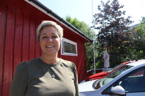 OPPFORDRAR: Anne-Lise Årdal oppfordrar restaurantar i Førde til å nytte sjansen når så mange besøker byen. Her er ho utanfor Førde Pensjonat, som ho driv. Foto: Kristoffer Skår Lone.